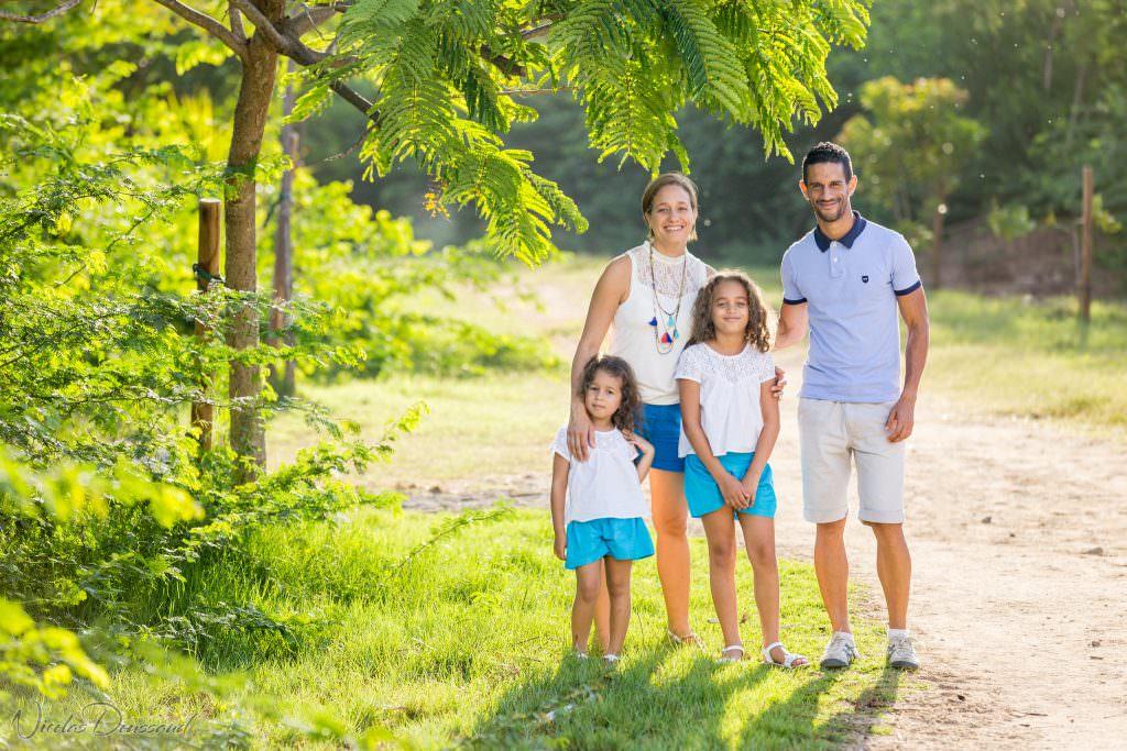 Séance photo en famille en sous-bois à la Réunion Laurence et Yannis
