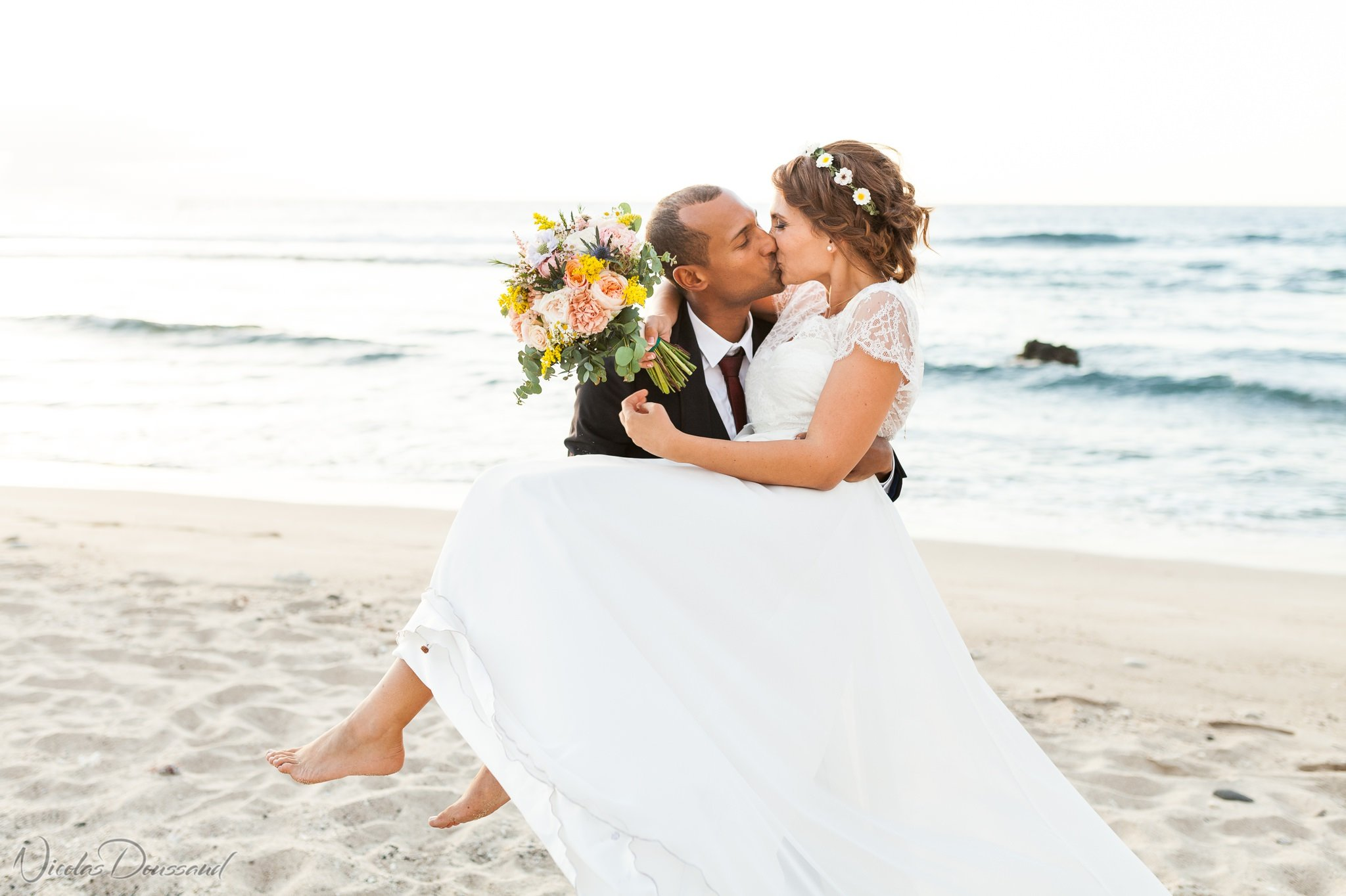 mariés s'embrassant sur la plage à la Réunion