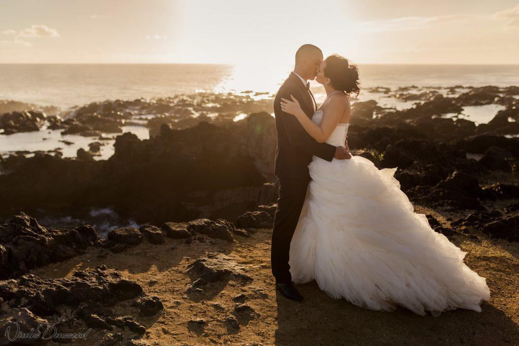 photo de mariés en bord de mer à la Réunion