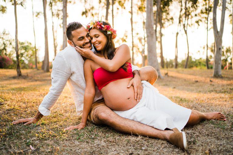 photo de grossesse d'un couple en extérieur à la Réunion
